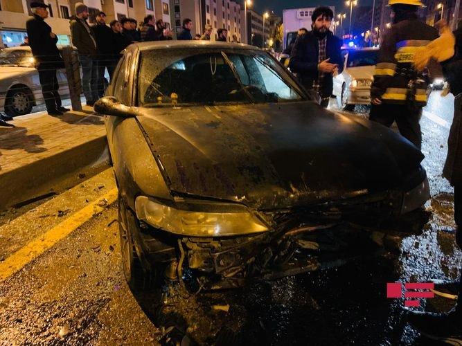 Bakıda ağır qəza: sürətlə gedən BMW əks yola çıxdı, yaralılar var - FOTO + VİDEO, fotoşəkil-7