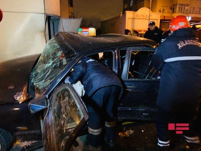 Bakıda ağır qəza: sürətlə gedən BMW əks yola çıxdı, yaralılar var - FOTO + VİDEO, fotoşəkil-8