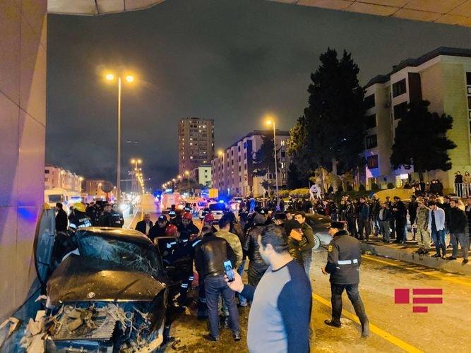 Bakıda ağır qəza: sürətlə gedən BMW əks yola çıxdı, yaralılar var - FOTO + VİDEO, fotoşəkil-9