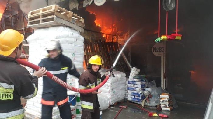 Bakıda tikinti bazarında yanğın söndürüldü: ilkin səbəbi açıqlandı - YENİLƏNİB + FOTO/VİDEO, fotoşəkil-17