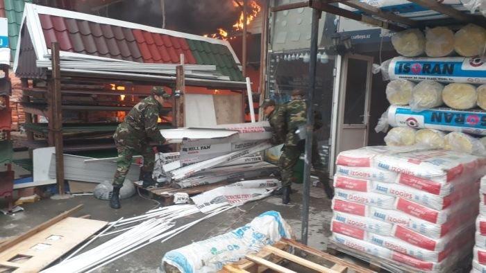 Bakıda tikinti bazarında yanğın söndürüldü: ilkin səbəbi açıqlandı - YENİLƏNİB + FOTO/VİDEO, fotoşəkil-12