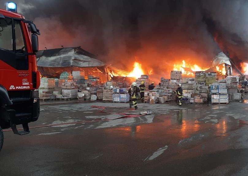 Bakıda tikinti bazarında yanğın söndürüldü: ilkin səbəbi açıqlandı - YENİLƏNİB + FOTO/VİDEO, fotoşəkil-3