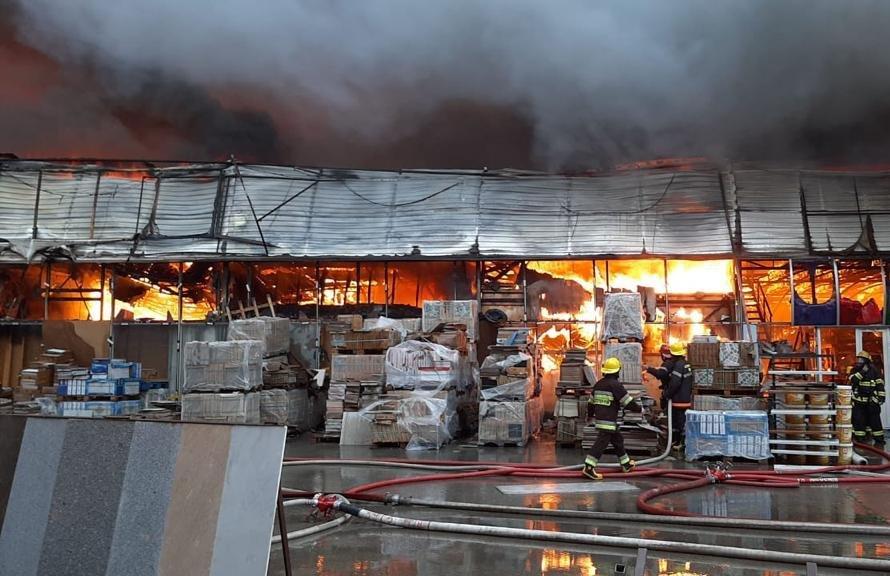 Bakıda tikinti bazarında yanğın söndürüldü: ilkin səbəbi açıqlandı - YENİLƏNİB + FOTO/VİDEO, fotoşəkil-2