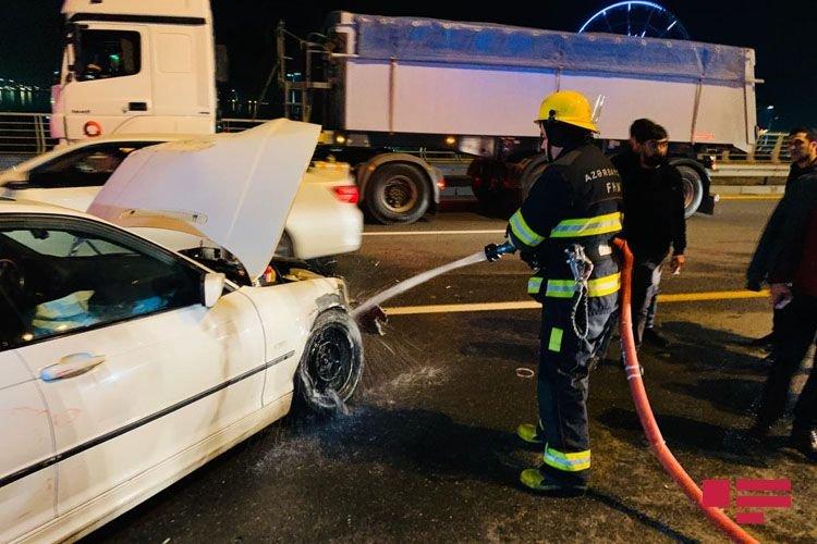BMW-ni yol kənarında saxlamaq istədi, ağır qəza baş verdi - FOTO + VİDEO, fotoşəkil-1