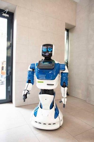 Bakıda bu bankda müştəriləri robot qarşılayır - FOTO, fotoşəkil-1