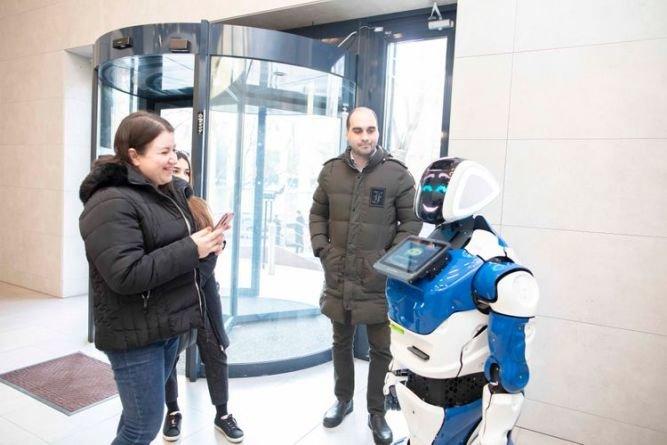Bakıda bu bankda müştəriləri robot qarşılayır - FOTO, fotoşəkil-2