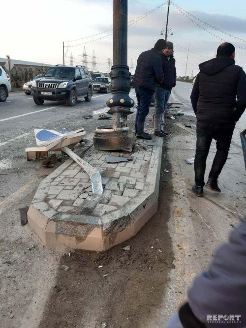 Sumqayıtda mikroavtobus piyadanı vurub dirəyə çırpıldı: ölən və yaralılar var - FOTO + VİDEO, fotoşəkil-1
