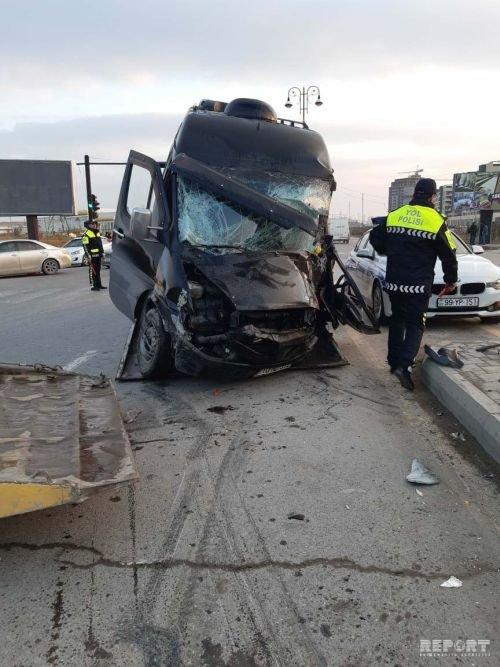 Sumqayıtda mikroavtobus piyadanı vurub dirəyə çırpıldı: ölən və yaralılar var - FOTO + VİDEO, fotoşəkil-3