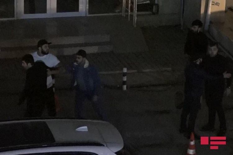 Bakıda restorandan çıxan şəxs insanlara bıçaqla hücum etdi - FOTO + VİDEO, fotoşəkil-1