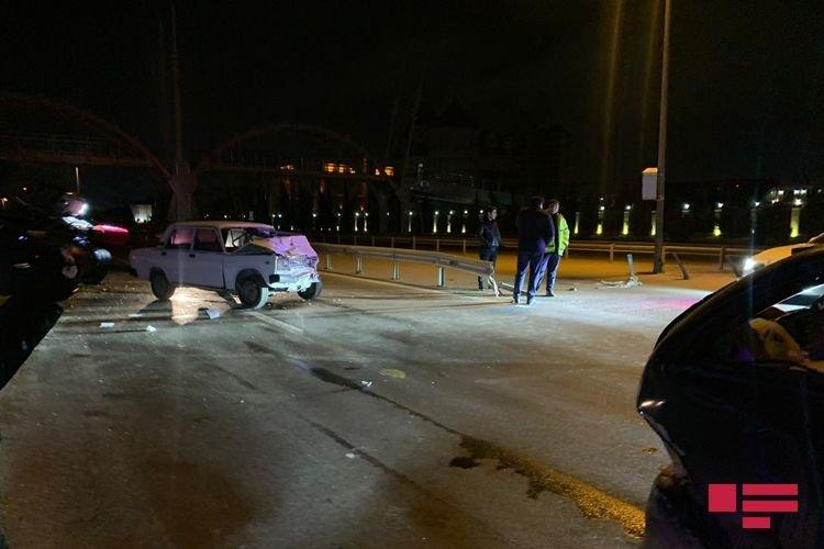 """VAZ qırmızı işıqda dayanan """"Mercedes""""ə çırpıldı, yaralı var - FOTO + VİDEO, fotoşəkil-1"""