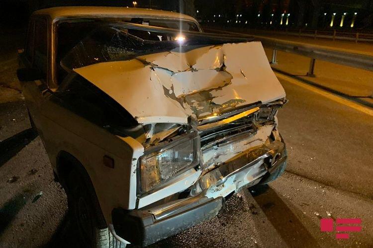 """VAZ qırmızı işıqda dayanan """"Mercedes""""ə çırpıldı, yaralı var - FOTO + VİDEO, fotoşəkil-3"""