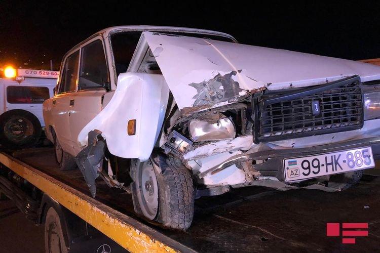 Bakıda avtomobil dirəyə çırpıldı, yaralı var - FOTO + VİDEO, fotoşəkil-1