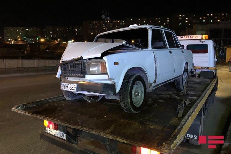 Bakıda avtomobil dirəyə çırpıldı, yaralı var - FOTO + VİDEO, fotoşəkil-2