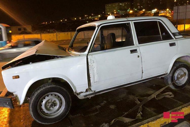Bakıda avtomobil dirəyə çırpıldı, yaralı var - FOTO + VİDEO, fotoşəkil-3