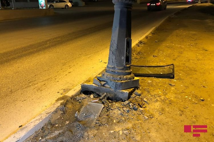 Bakıda avtomobil dirəyə çırpıldı, yaralı var - FOTO + VİDEO, fotoşəkil-4