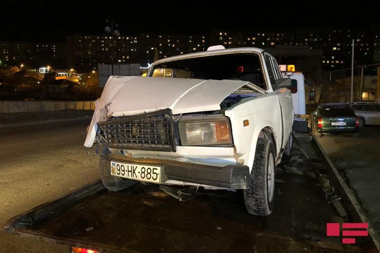 Bakıda avtomobil dirəyə çırpıldı, yaralı var - FOTO + VİDEO, fotoşəkil-5