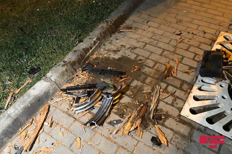 Bakıda idarə etdiyi motosikleti ağaca çırpan yol polisi öldü - FOTO + VİDEO, fotoşəkil-1