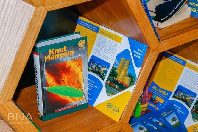 Bakıda avtobus dayanacaqlarına kitablar qoyulub - FOTO, fotoşəkil-10