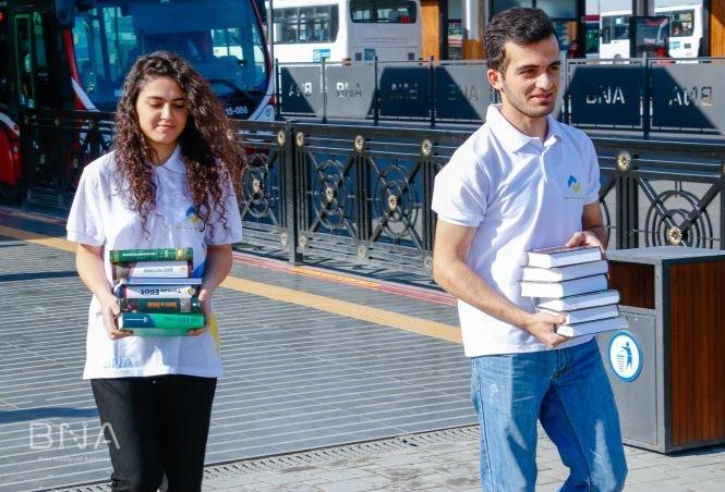 Bakıda avtobus dayanacaqlarına kitablar qoyulub - FOTO, fotoşəkil-1