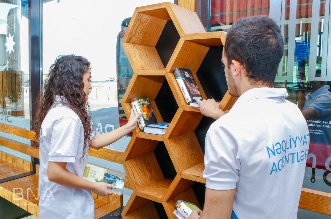Bakıda avtobus dayanacaqlarına kitablar qoyulub - FOTO, fotoşəkil-2
