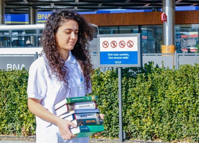 Bakıda avtobus dayanacaqlarına kitablar qoyulub - FOTO, fotoşəkil-7