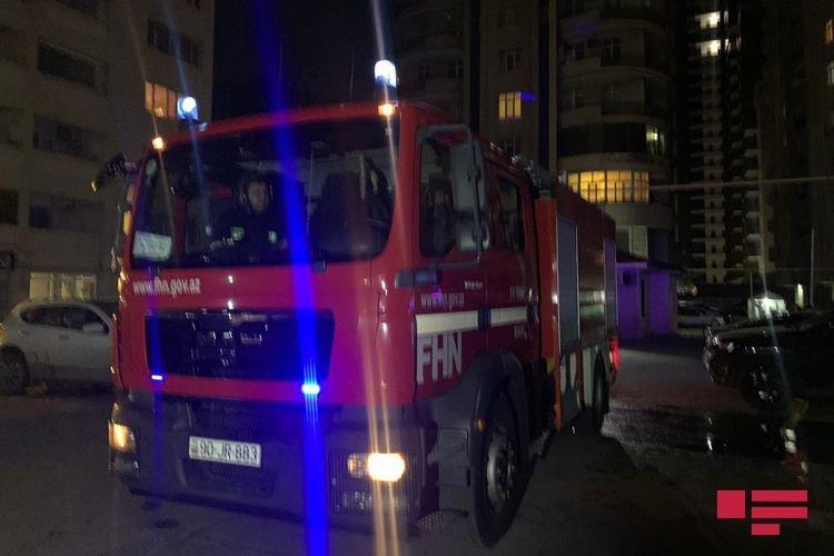 Bakıda hündür binada yanğın: Evdə tək qalan uşaq xilas edildi - FOTO, fotoşəkil-3