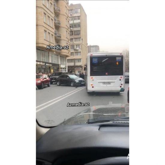 Bakıda sərnişinlə dolu avtobus qəza törətdi - FOTO + VİDEO, fotoşəkil-1