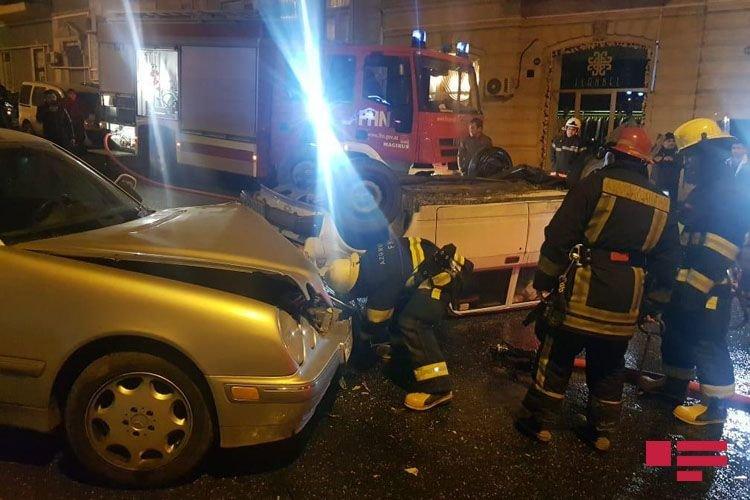 Bakıda avtomobil digər maşını vurub aşırtdı - FOTO + VİDEO, fotoşəkil-1