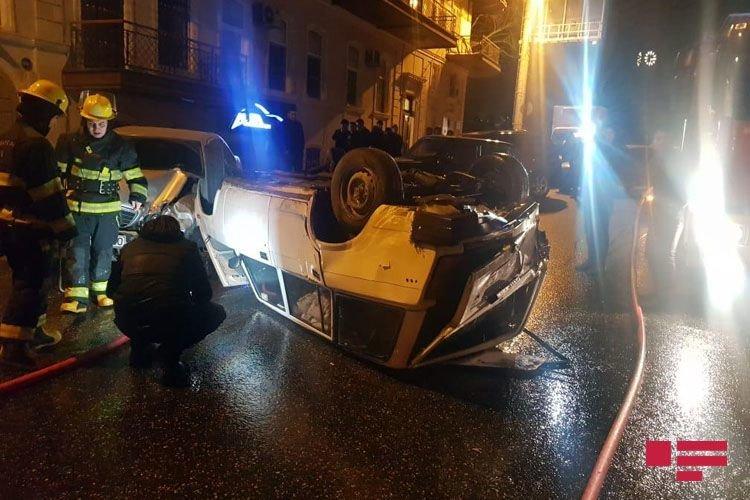 Bakıda avtomobil digər maşını vurub aşırtdı - FOTO + VİDEO, fotoşəkil-2