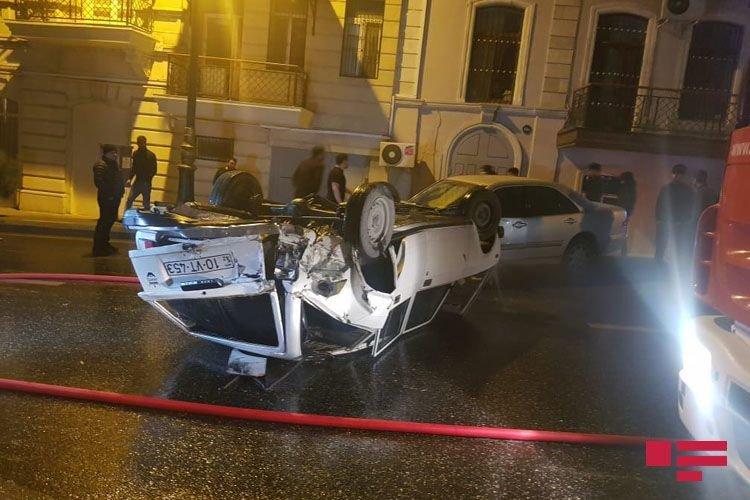 Bakıda avtomobil digər maşını vurub aşırtdı - FOTO + VİDEO, fotoşəkil-3
