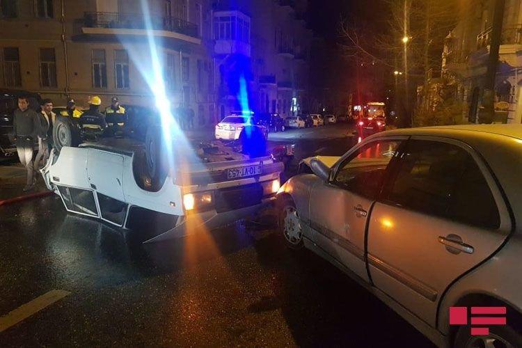 Bakıda avtomobil digər maşını vurub aşırtdı - FOTO + VİDEO, fotoşəkil-4