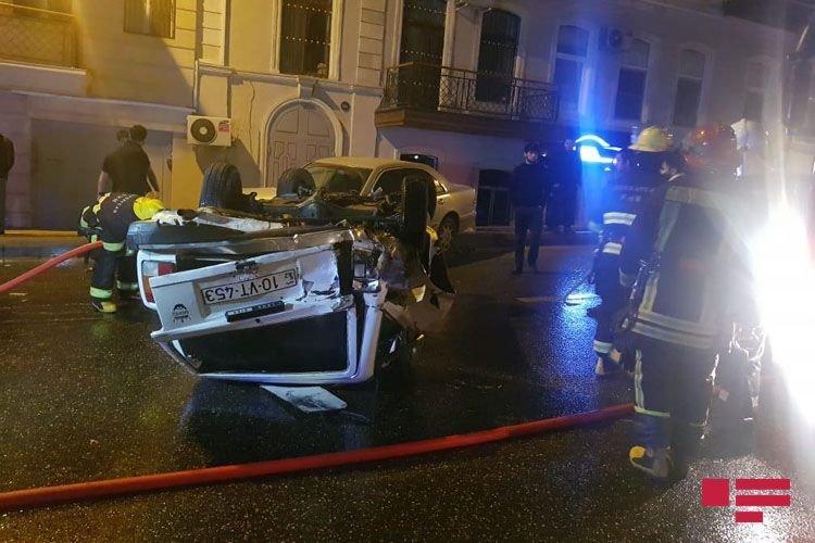 Bakıda avtomobil digər maşını vurub aşırtdı - FOTO + VİDEO, fotoşəkil-5