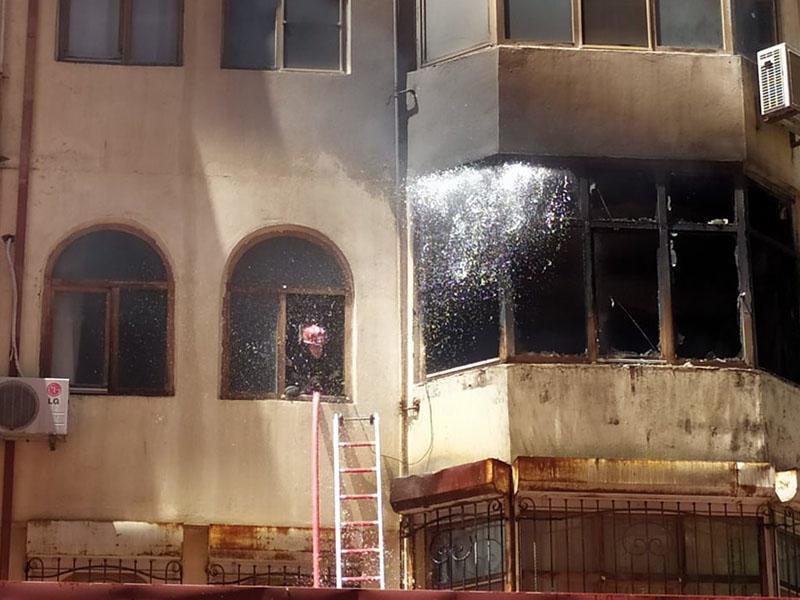 Bakıda tanınmış həkimin evi yanır - VİDEO / FOTO, fotoşəkil-1