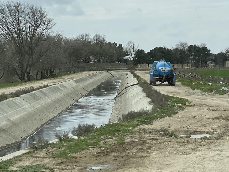 Abşeron kanalına çirkab sular axıdan sürücü cərimələndi, fotoşəkil-3